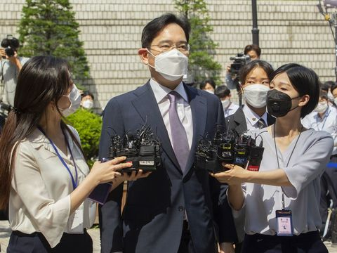 Samsung heir absent from bribery retrial following father's death
